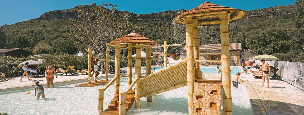 Camping Les Gorges de l'Aveyron piscine et jeux aquatiques
