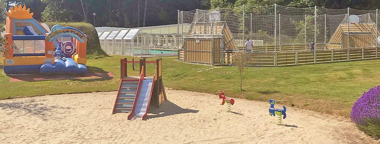 Camping Domaine du Rompval jeux enfants terrain multisport