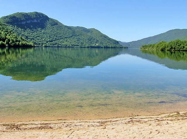 Camping la Presqu île du Jura plage Lac-3